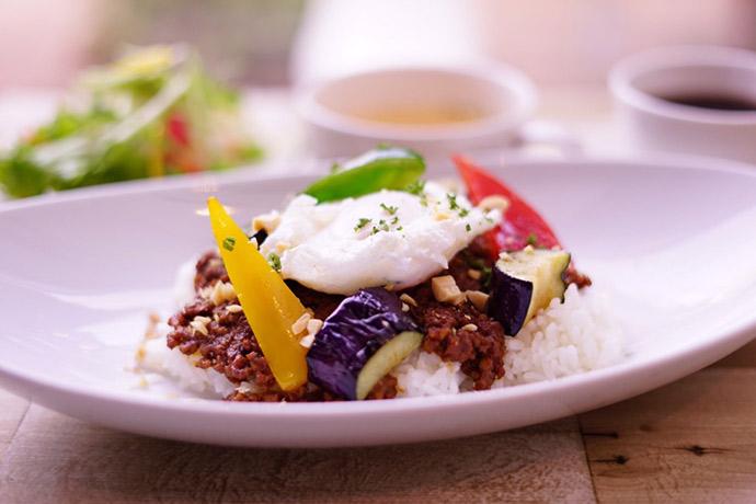 ドライカレー季節野菜とポーチドエッグ添え20170608