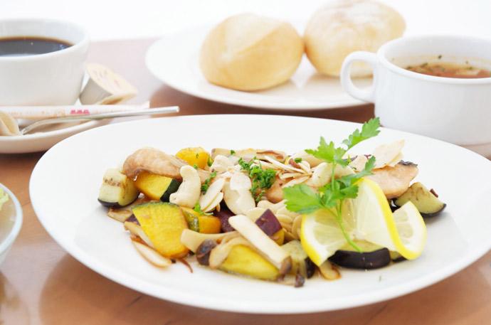 横浜 本牧のカフェ duocafe サーモンのポアレアーモンド&カシューナッツソース