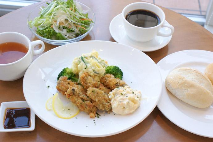 横浜 カフェ ランチ 人気 カキフライタルタルソーススイートポテトサラダ添え