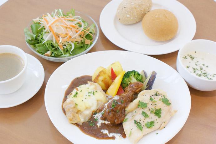 横浜 カフェ ランチ 人気 3種のチキンの赤ワイン煮込み