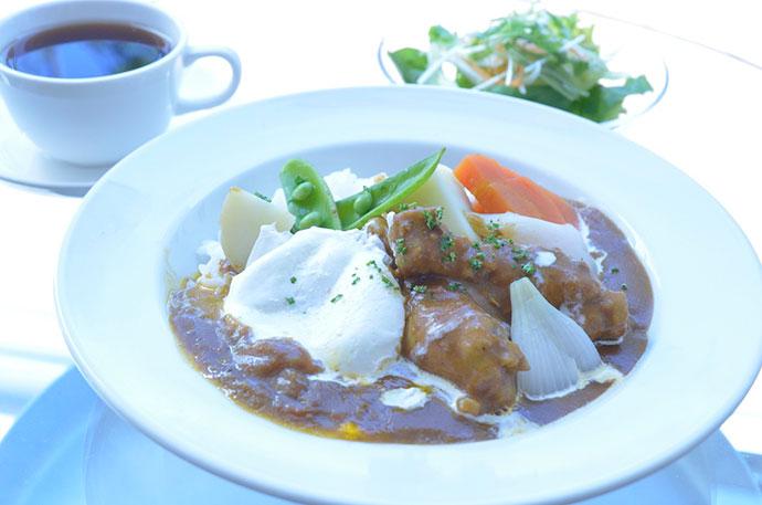 横浜本牧のカフェ 人気ランチ チキンと春野菜のカレー