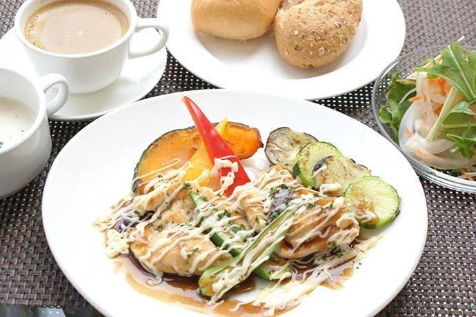 横浜本牧のカフェ Duocafe 人気ランチ チキンの照り焼きマヨネーズソース