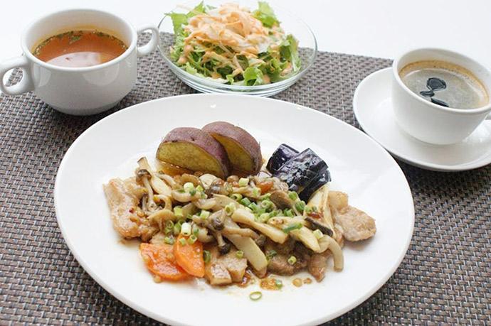 横浜本牧のカフェ Duocafe 人気ランチ ポークのもろみソース秋野菜添え