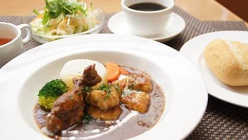 横浜本牧のカフェ duocafe スペシャルランチ「チキンの赤ワイン煮大根のコンソメ煮添え」