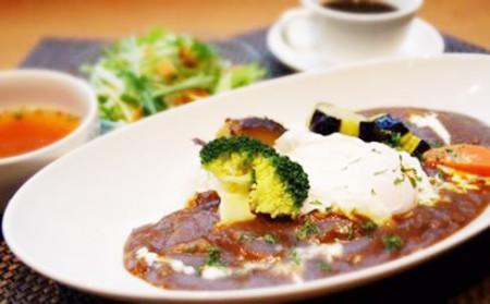 本牧の人気カフェ DUOCAFEの今週のランチ「キーマカレー温野菜とポーチドエッグ添え」