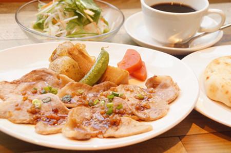 本牧の人気カフェ DUOCAFEの今週のランチ「ポークのもろみやき春野菜添え」