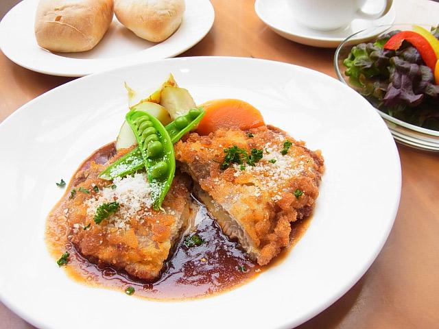 横浜 人気カフェ duocafe 今週のスペシャルランチ チーズinポークカツレツデミグラスソース